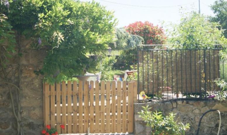 Clévacances - Entrée du gîte et la terrasse