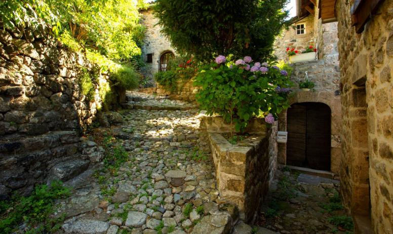 ©S.BUGNON - Burzet - Gîte et ruelle pavée du quartier médiéval ©S.BUGNON