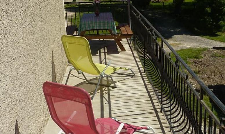 Gîtes de France - continuité de la terrasse en arrivant ,vous avez accès à la terrasse couverte puis à la cuisine ou à la chambre parents