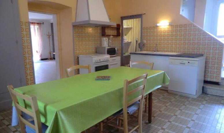 Gîtes de France - cuisine avec cellier où vous trouverez le nécessaire pour le ménage, un lave vaisselle est à votre disposition