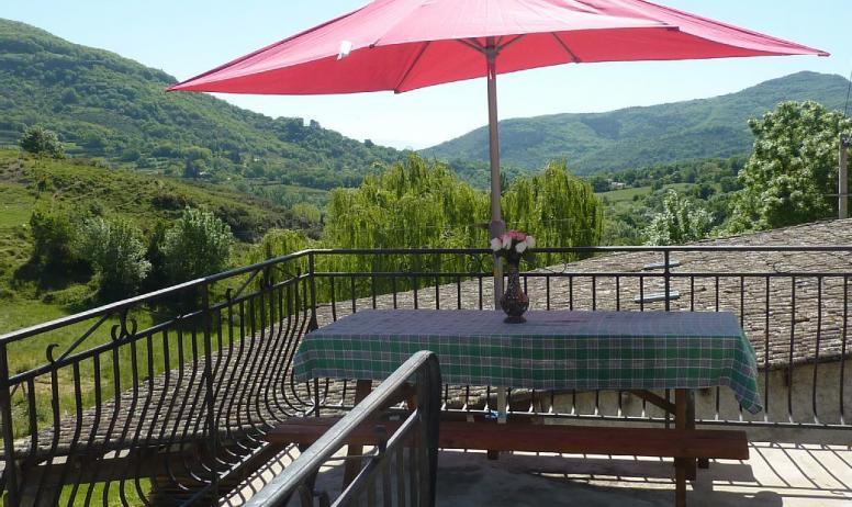 Gîtes de France - Lorsque vous arrivez vous avez accés directement sur une terrasse qui rejoint la terrasse couverte .Vous rentrez soit par la salle à manger soit par la cuisine