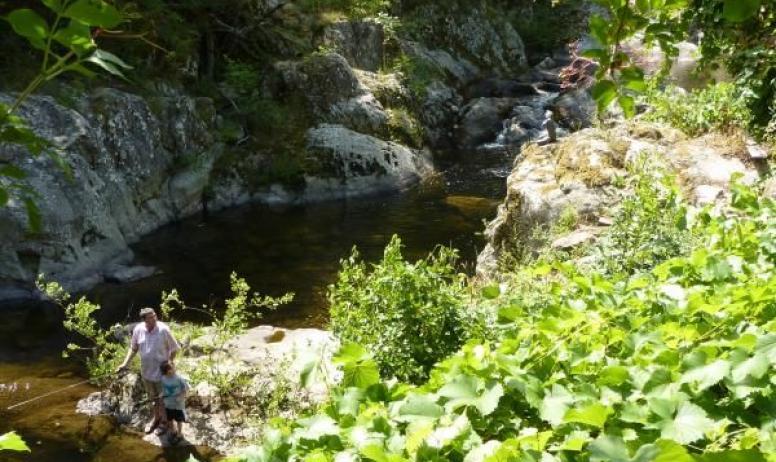 Gîtes de France - La rivière Glueyre longe le jardin